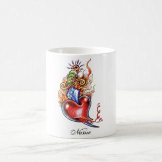 Corazón y daga frescos en tatuaje de las llamas taza clásica