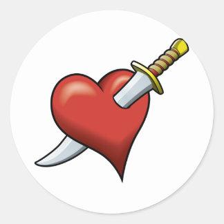 Corazón y daga pegatina redonda