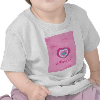 Corazón y enfermera rosados de la Cruz Camisetas