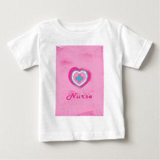 Corazón y enfermera rosados de la Cruz Playera De Bebé