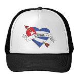 Corazón y flecha del tatuaje con la bandera cubana gorras