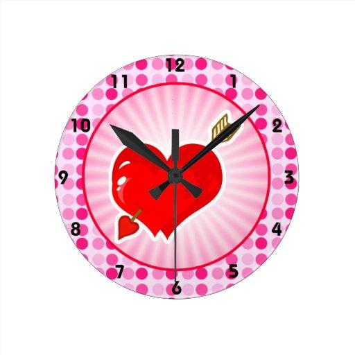 Corazón y flecha lindos del Cupid Reloj Redondo Mediano