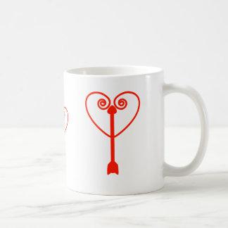 Corazón y flecha taza básica blanca