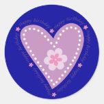Corazón y flor del feliz cumpleaños pegatina redonda