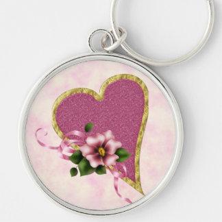 Corazón y flores rosados llavero redondo plateado