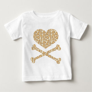 corazón y luz de la jirafa de la bandera pirata playera de bebé