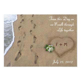 Corazón y pistas en la arena invitación 12,7 x 17,8 cm