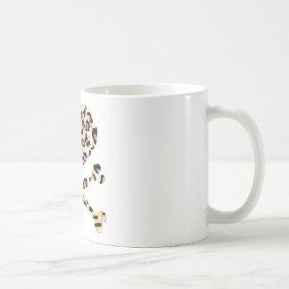 corazón y rosa de los huesos de la cruz leopared taza de café
