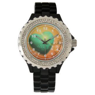 Corazón y trébol verdes anaranjados del fondo w de relojes de pulsera