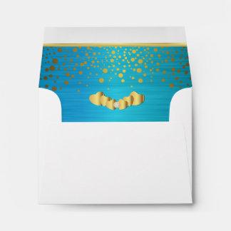 Corazones alineados del confeti y del diamante del sobre