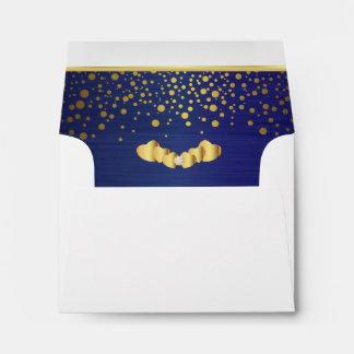 Corazones alineados del confeti y del diamante del sobres
