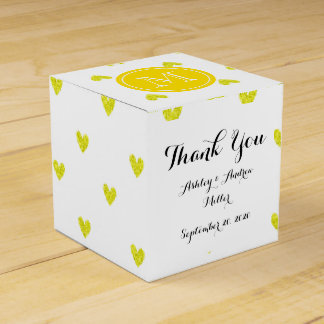 Corazones amarillos del brillo con el monograma caja para regalos de fiestas