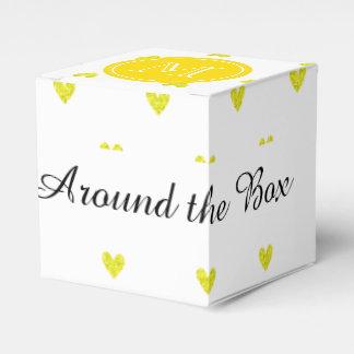 Corazones amarillos del brillo con el monograma cajas para regalos de boda