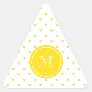 Corazones amarillos del brillo con el monograma pegatina triangular