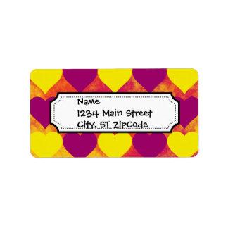 Corazones amarillos y púrpuras en fondo anaranjado etiqueta de dirección