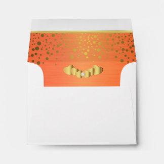 Corazones anaranjados alineados del confeti y del sobre