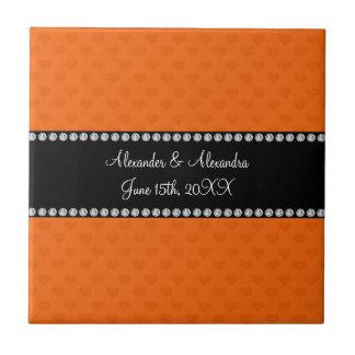 Corazones anaranjados que casan favores azulejo cuadrado pequeño