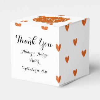 Corazones anaranjados quemados del brillo con el caja para regalos