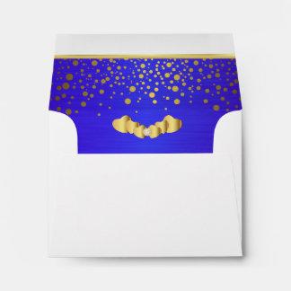 Corazones azules brillantes alineados del confeti sobre
