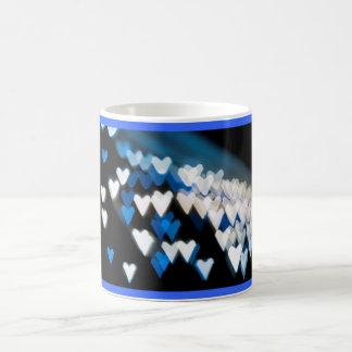 Corazones azules dentados taza de café