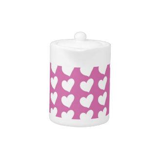 Corazones blancos del amor en mediados de rosa