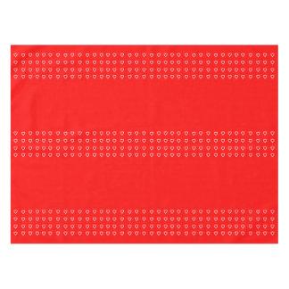 Corazones blancos minúsculos en el rojo para el el mantel de tela