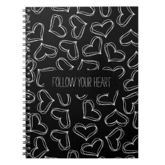 Corazones blancos y negros spiral notebooks