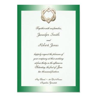 Corazones célticos en la invitación verde del boda invitación 12,7 x 17,8 cm
