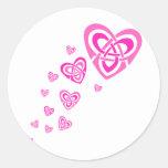 Corazones célticos rosados pegatinas redondas
