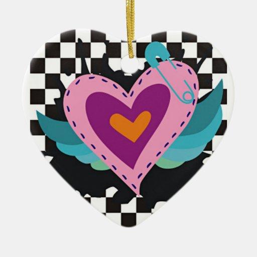 Corazones coloreados, alas y fondo a cuadros adorno navideño de cerámica en forma de corazón