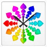 Corazones coloridos en el reloj de pared blanco de