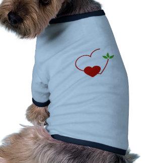 Corazones con las hojas recolectadas en un lugar camisas de perritos