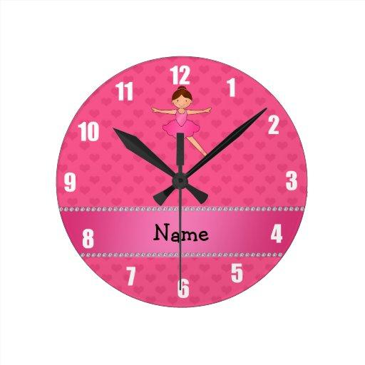 Corazones conocidos personalizados del rosa de la  reloj redondo mediano