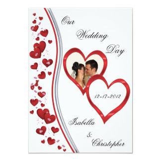 Corazones de conexión en cascada rojos que casan invitación 12,7 x 17,8 cm