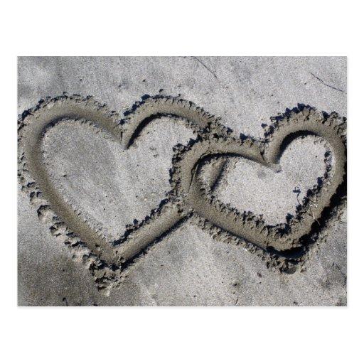Corazones de la arena de la playa postal