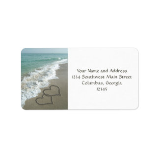 Corazones de la arena en la playa etiquetas de dirección
