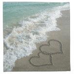 Corazones de la arena en la playa servilleta imprimida