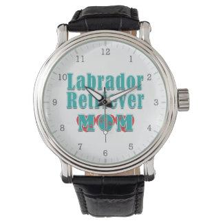 Corazones de la mamá del labrador retriever relojes de pulsera