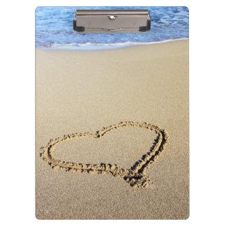 Corazones de la playa en arena