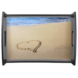 Corazones de la playa en arena bandeja