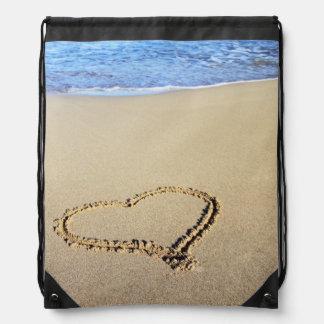 Corazones de la playa en arena mochilas