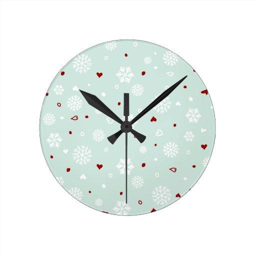 Corazones de los copos de nieve de las vacaciones  relojes de pared