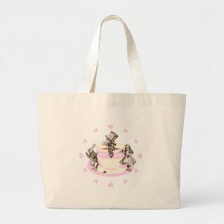 Corazones de los rosas bebés alrededor de una bolsa de tela grande
