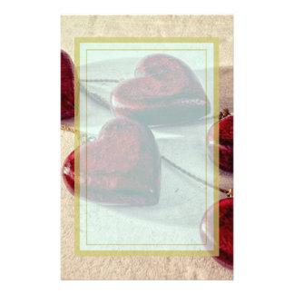 Corazones de madera rojos atados juntos en una papelería