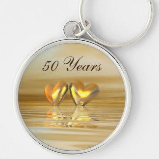 Corazones de oro del aniversario llavero redondo plateado