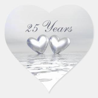 Corazones de plata del aniversario pegatina en forma de corazón