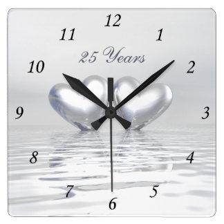Corazones de plata del aniversario reloj cuadrado