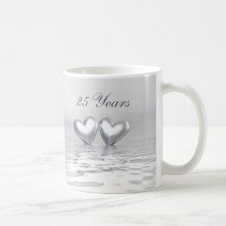 Corazones de plata del aniversario tazas de café