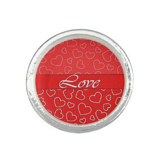 Corazones del amor en el anillo con foto del rojo