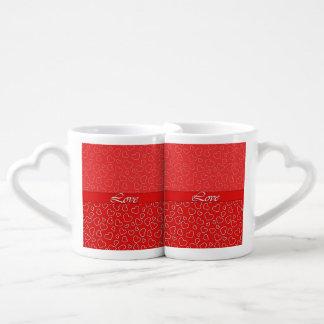 Corazones del amor en sistema rojo de la taza de tazas para enamorados